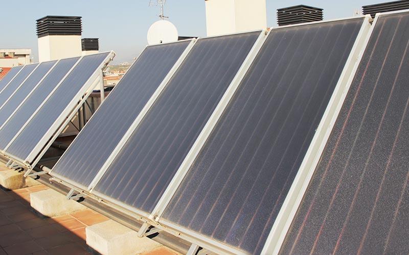 Instalación de placas solares de energía renovable